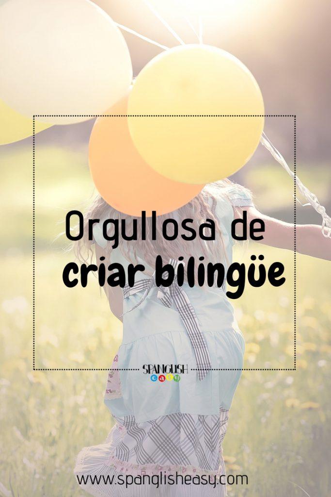 Fotografía para pinterest - Orgullosa de criar bilingüe. Imagen de una joven con unos globos en distintos tonos amarillos.
