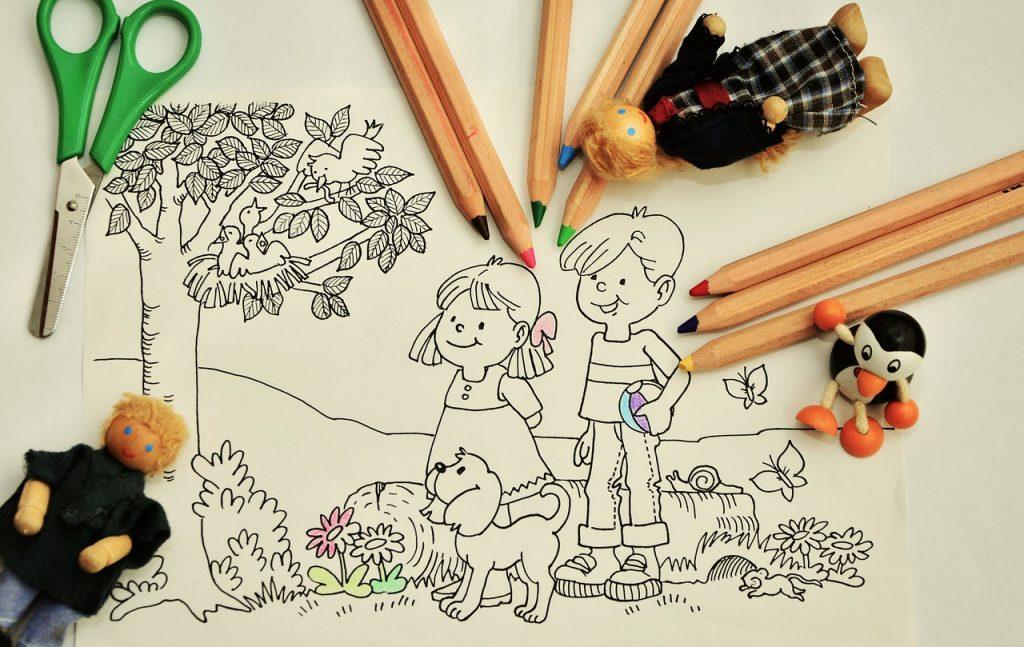 Dibujo medio coloreado de unos niños y un perro en el campo