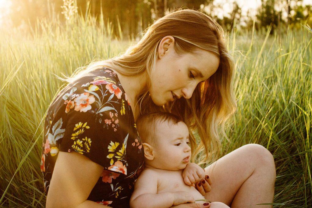 Imagen de una madre y su hijo