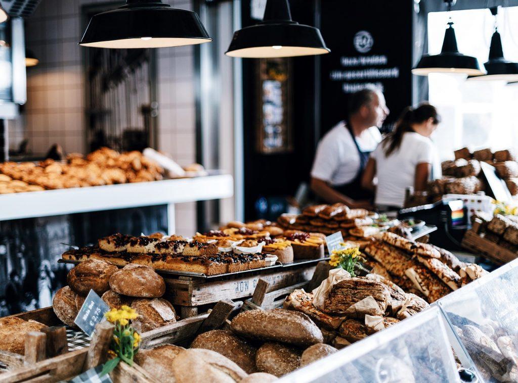 Panadería con muchos bollos y panes