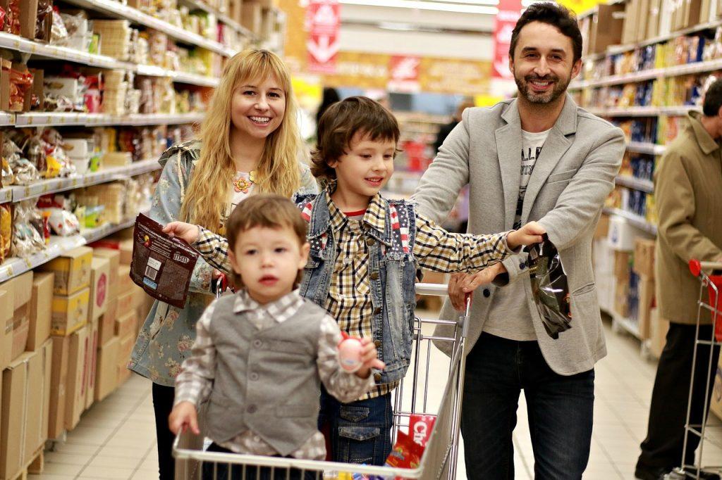 Familia comprando en el supermercado