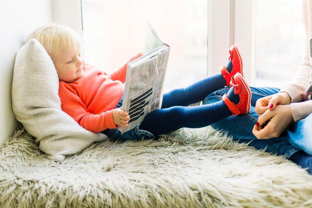 imagen de una niña leyendo