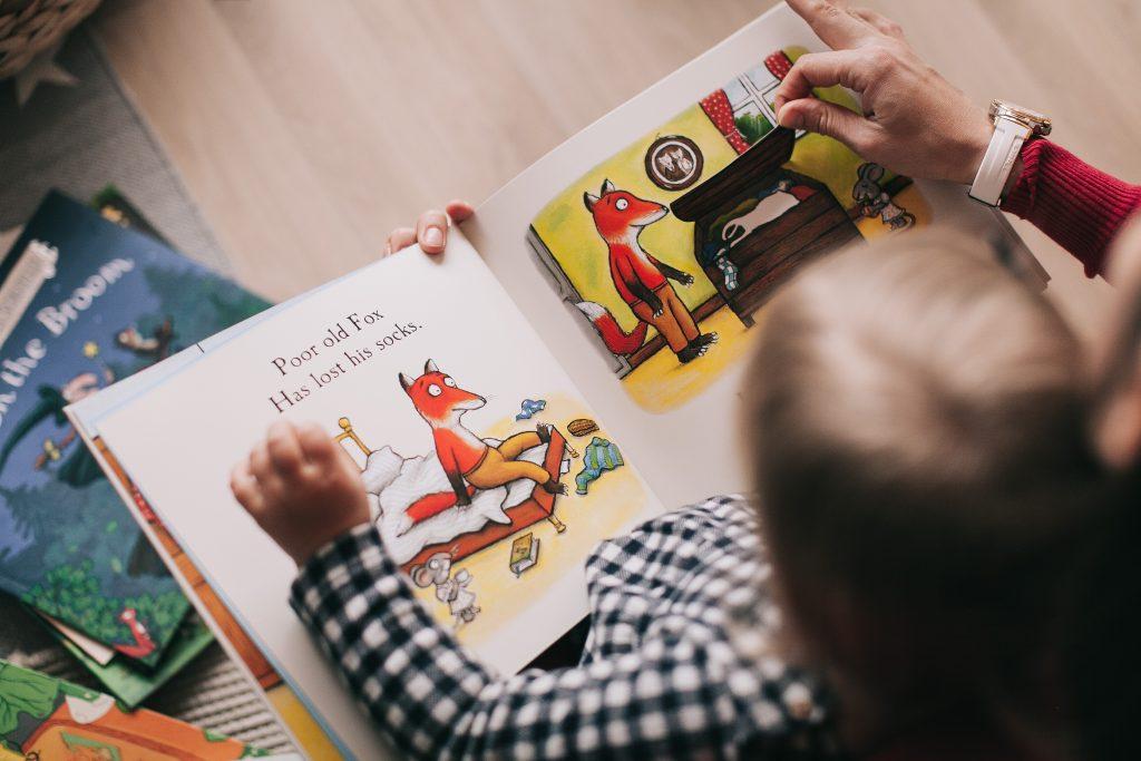 imagen de un niño leyendo