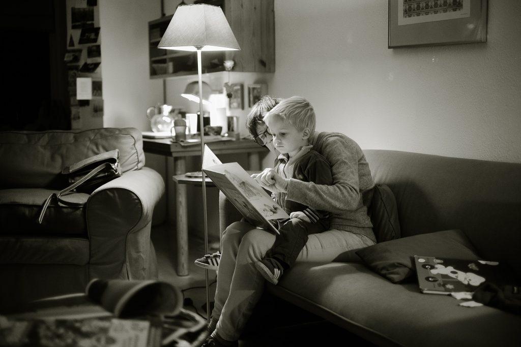 Madre leyendo con su hijo