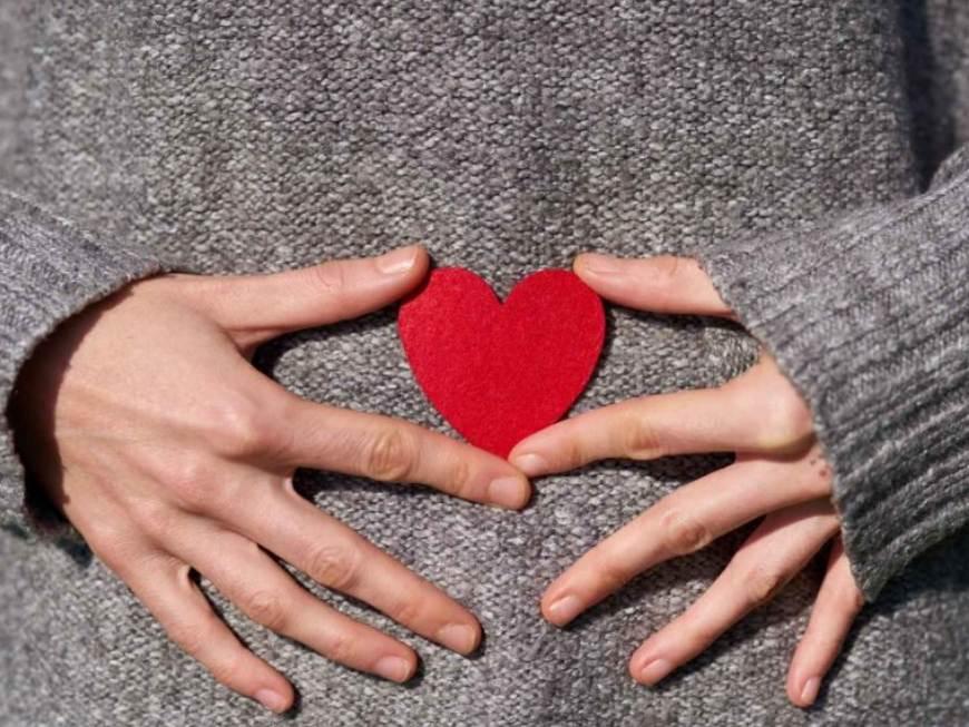amor en ingles embarazada sosteniendo un corazón
