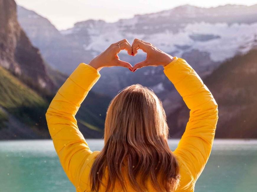 amor en ingles, mujer haciendo un corazon