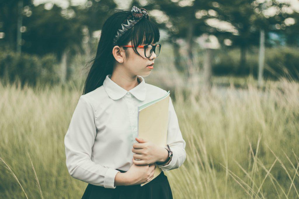 niña sosteniendo un libro