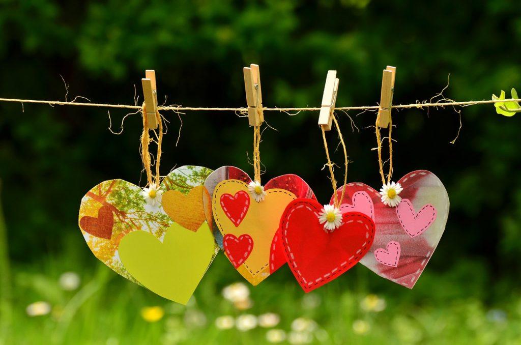 corazones colgando de una cuerda