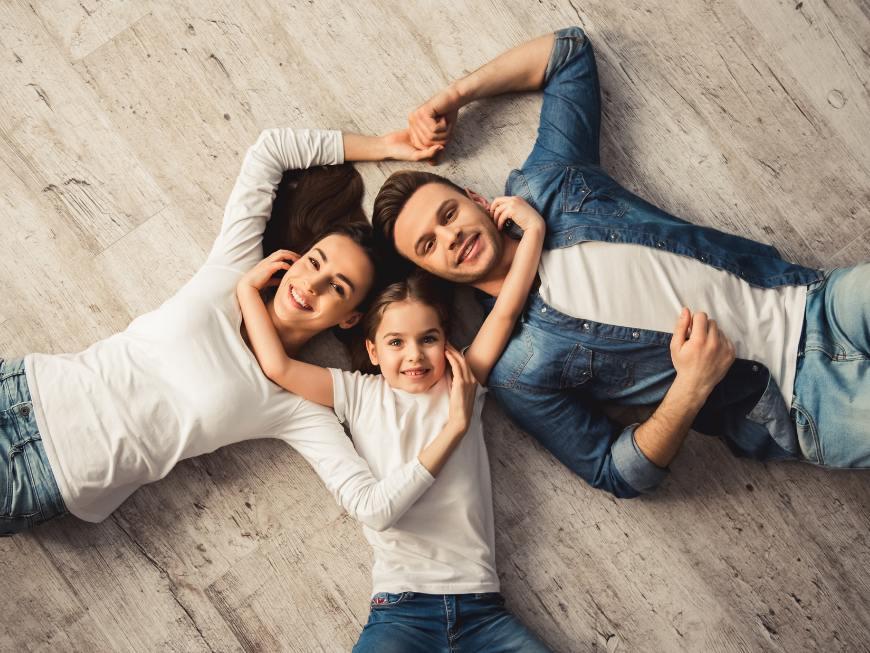 familia en casa uniendo manos
